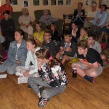uczniowie zasłuchani w opowieści